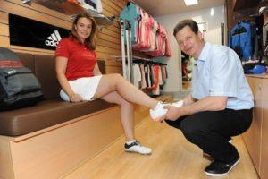Schuhanprobe im Golftruck