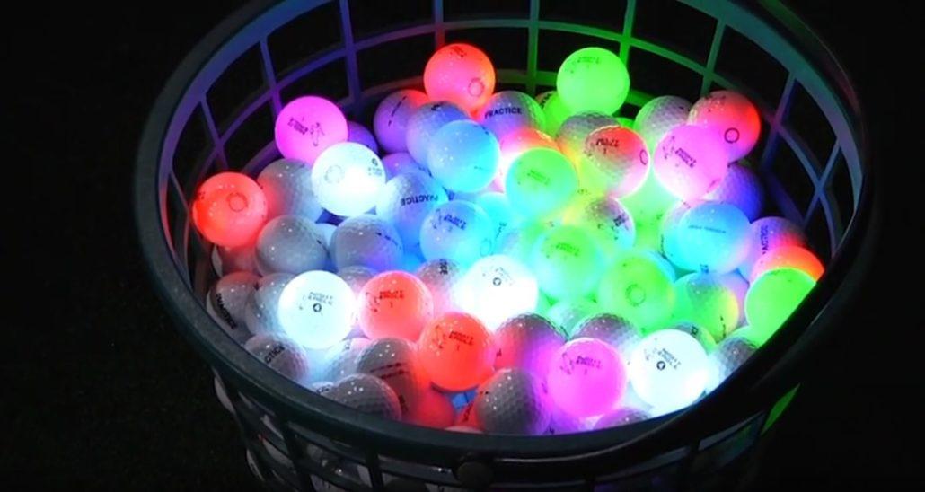 Nachtgolf - Ein Korb voll leuchtender LED-Golfbälle